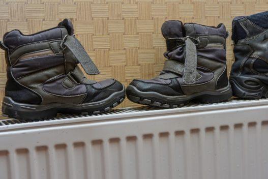 Anskaf et tørreskab og slip for våde vinterstøvler på radiatoren